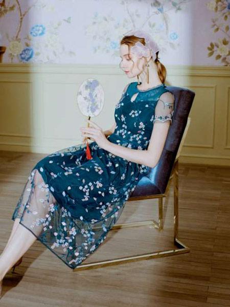 司歌女装品牌2019春夏新款韩版时尚大码显瘦性感镂空拼接雪纺碎花连衣裙
