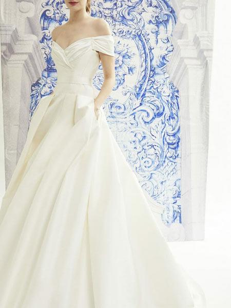 Carolina Herrera卡罗琳娜·海莱娜女装品牌2019春夏新款一字肩优雅小拖尾简约缎面拖尾新娘结婚拖尾婚纱