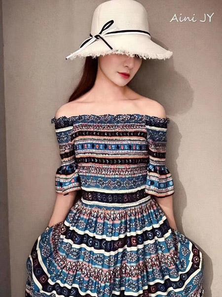 Aini JY女装品牌2019春夏新款时尚复古名族风一字肩印花长裙喇叭袖收腰连衣裙