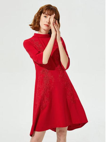 莱茵女装品牌2019秋季新款红色气质半高领收腰绣花荷叶边连衣裙