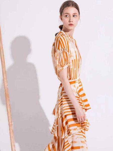 YU ONE女装品牌2019春夏新款黄色条纹V领短袖不规则长裙连衣裙