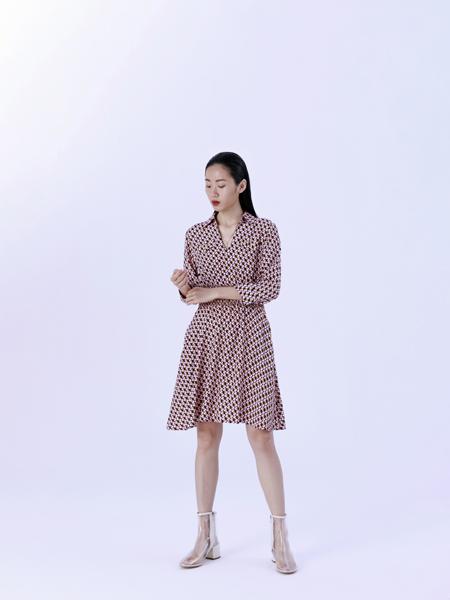 奕色女�b品牌2019秋季新款��雅�凸�r尚V�I�r衫裙中�L款收腰�B衣裙
