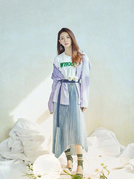 雀啡女装品牌2019秋冬女装蓝白条纹收腰薄款风衣