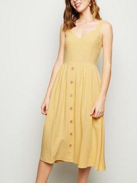 新风貌女装品牌2019春夏新款时尚吊带单排扣连衣裙