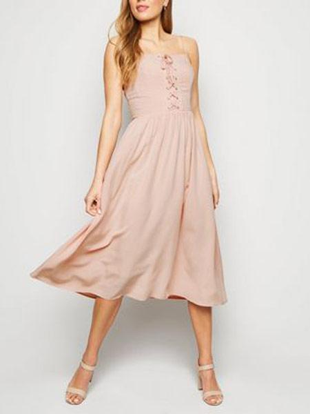 新风貌女装品牌2019春夏新款舒适亚麻修身吊带裙连衣裙长裙