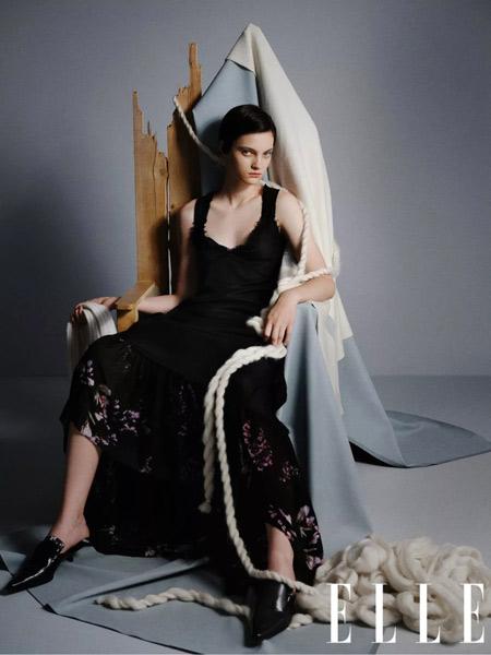 鄂尔多斯女装品牌2019秋冬吊带蕾丝连衣裙