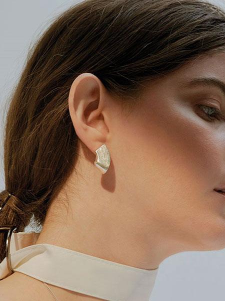 A.NEUJAC国际品牌品牌2019秋冬珍珠耳钉加珍珠圆环纯银耳环_银色