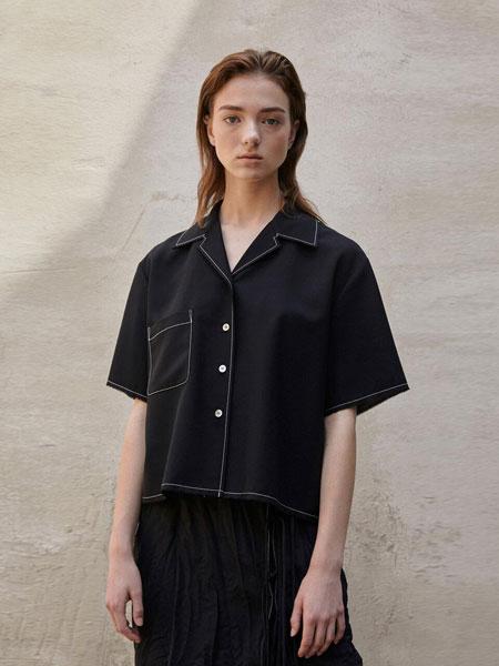 AEER国际品牌品牌2020春夏经典衣摆处绑带装饰后开叉圆领短袖衬