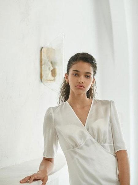 AKRO国际品牌品牌2020春夏交叉绑带围裹设计缝褶细节真丝女士