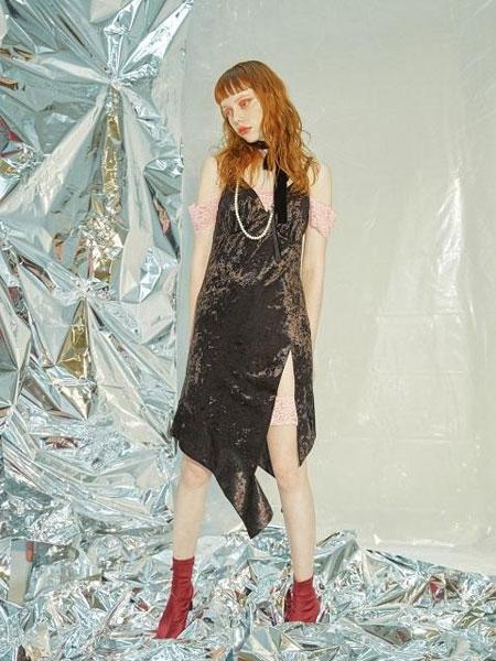 CAPRICIEUX国际品牌品牌2020春夏不对称开叉下摆V领丝绒吊带连衣裙_黑色