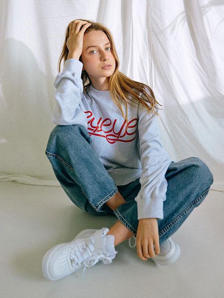 EYEYE国际品牌品牌2019秋冬宽松胸部LOGO字母男女同款圆领卫衣_浅灰色