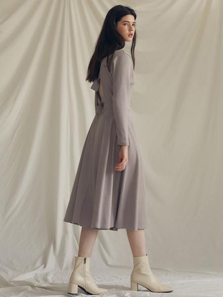LARTIGENT国际品牌品牌2020春夏显瘦露背圆领长袖A字连衣裙_浅褐色