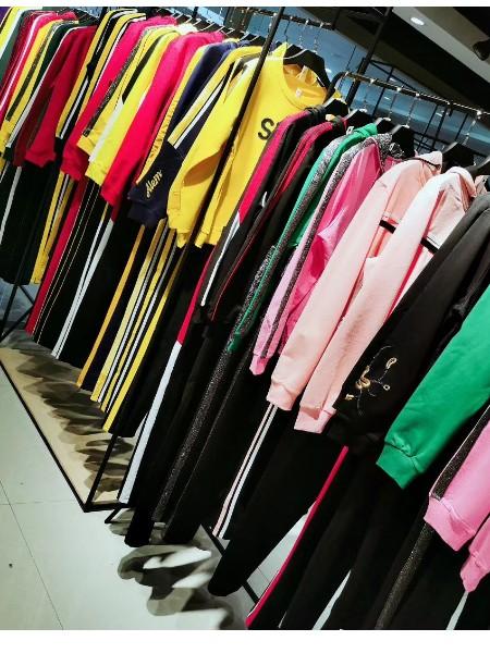 广州品牌折扣女装色彩绚丽运动套装2020春系列直播优质货源