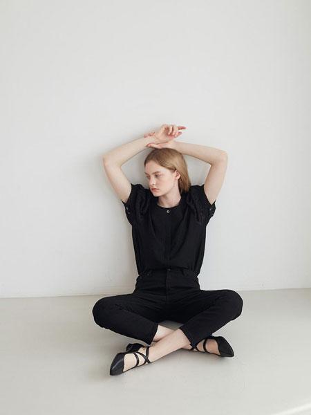 LOYIQ国际品牌品牌2020春夏圆头浅口拼接一字带搭配交叉形搭扣带女士平跟高帮单鞋_白色
