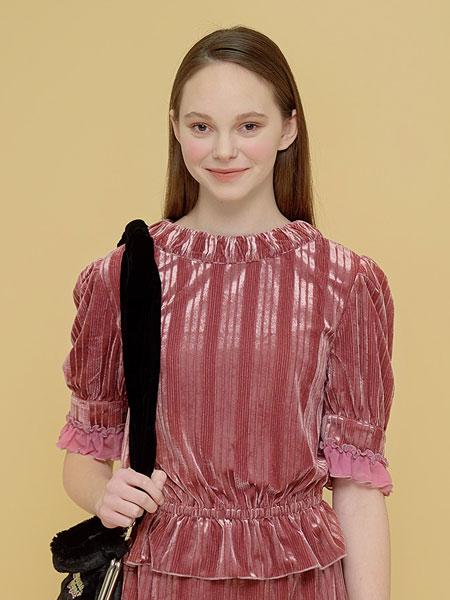 Margarin Fingers国际品牌品牌2020春夏褶皱天鹅绒上衣