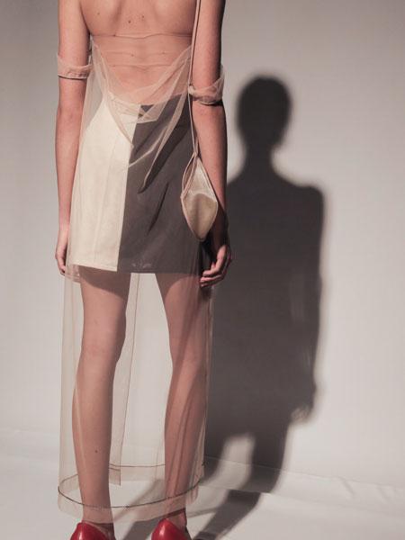 Frolov国际品牌品牌2020春夏紧身胸衣连衣裙,网罩和手工刺绣连衣裙
