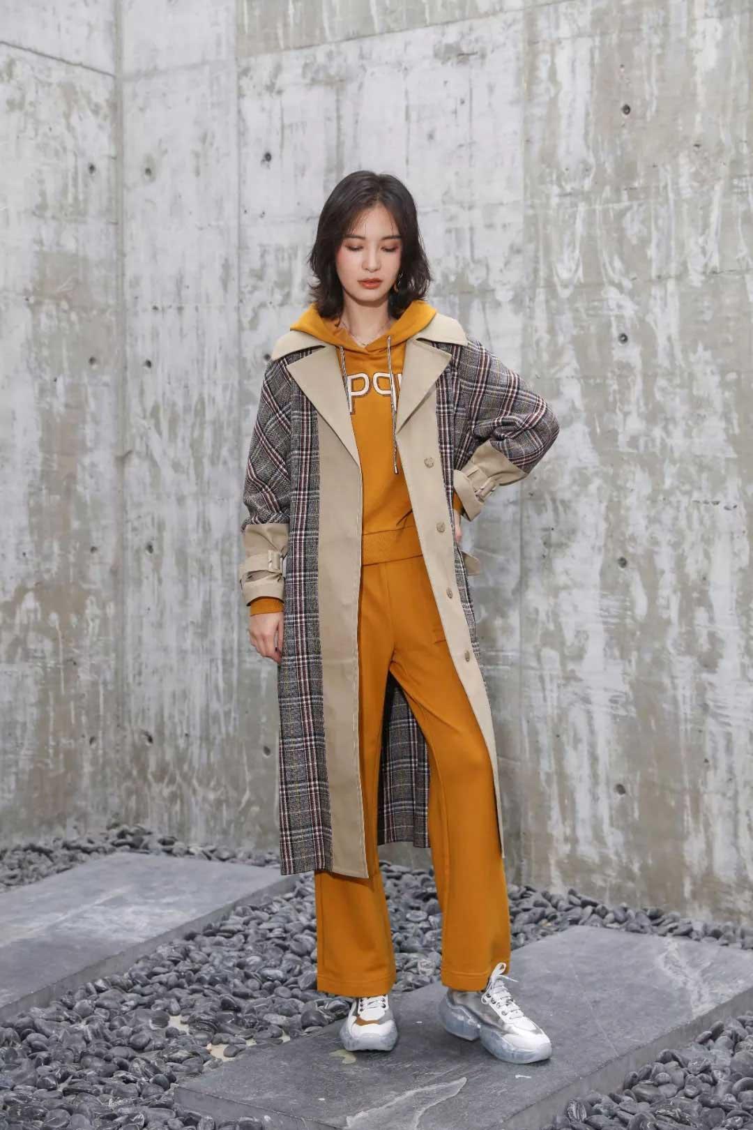 雀啡女装品牌2020春夏新款翻领千鸟格长款大衣