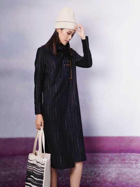 底色女装品牌2020秋冬新款纯色条纹长袖长款连衣裙