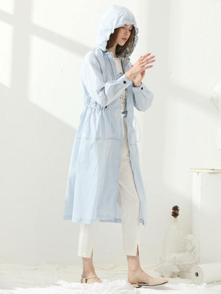 爱依莲女装品牌2020春夏新款纯色气质简洁纽扣带帽风衣