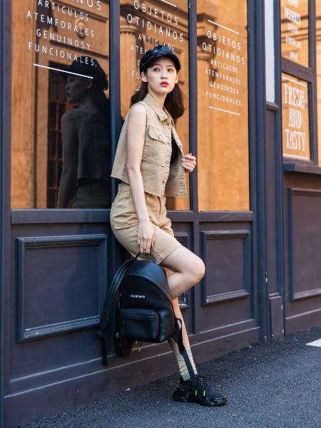 蒂言女装品牌2020春夏新款黄色图案简洁短袖上衣