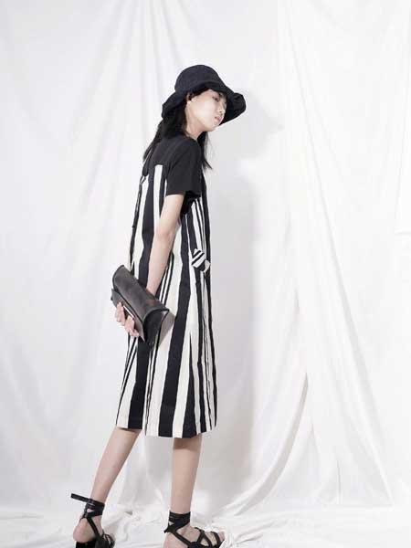 底色女装品牌2020春夏条纹个性连衣裙