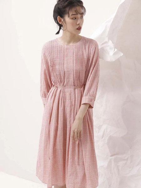 娅铂・周末女装品牌2020春夏粉色柔软连衣裙