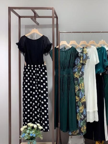 广州 品牌折扣女装年轻有活力波点款连衣裙 库存商品