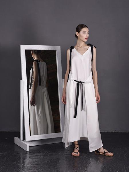 J perekriostova国际品牌品牌2020春夏v领吊带连衣裙