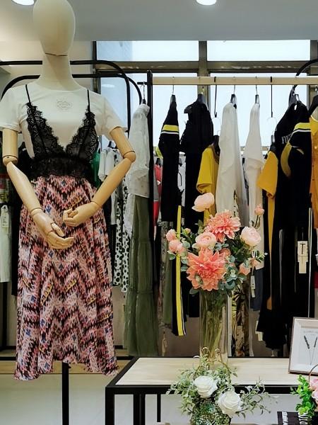 广州 品牌折扣女装碎花蕾丝吊带连衣裙 尾货批发