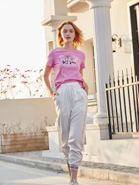 戈蔓婷女装品牌2020春夏粉色T恤白色长裤