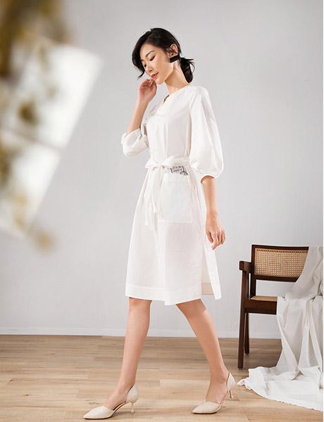 易菲女装品牌2020春夏V领白色连衣裙