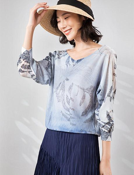 易菲女装品牌2020春夏V领浅蓝T恤