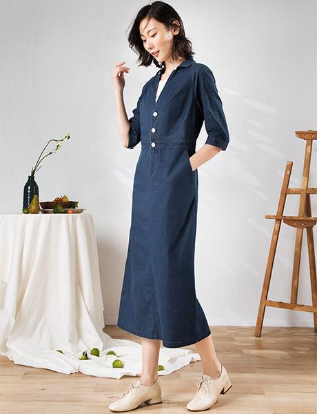 易菲女装品牌2020春夏V领藏蓝色长裙