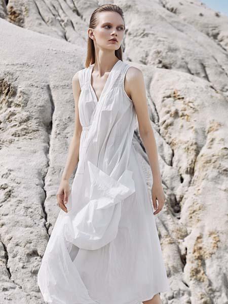 主提女装品牌2020春夏V领复古简单优雅纯白连衣裙