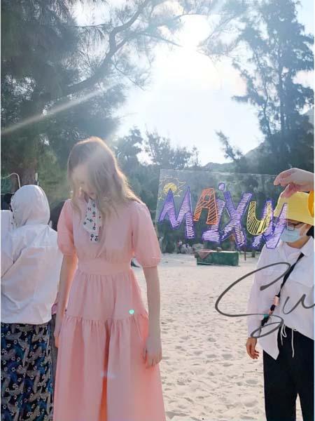 麦寻女装品牌2020春夏粉色连衣裙收腰
