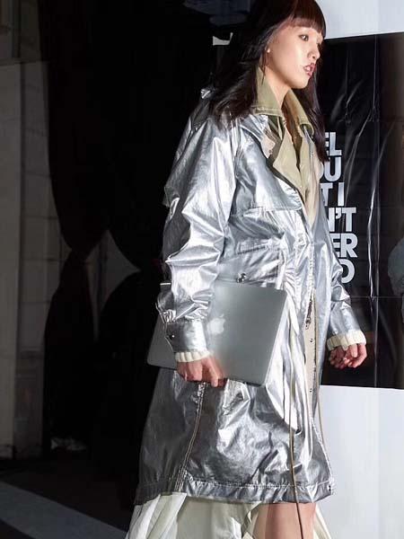 C+Plus Series女装品牌2020春夏银灰色V领长款外套