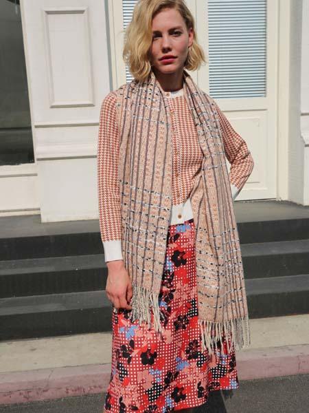 庄姿妮女装品牌2020春夏格纹圆领粉色上衣
