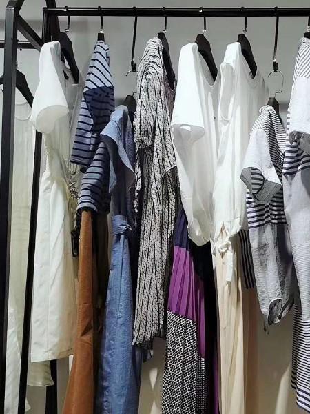 广州 品牌折扣女装 独特设计条纹款连衣裙 尾货批发