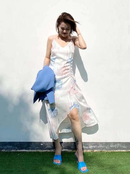 奕色女装品牌2020春夏吊带白色连衣裙