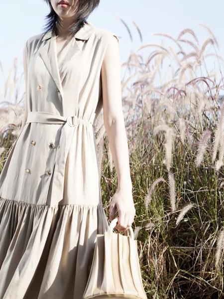 底色女装品牌2020春夏收腰排扣米色连衣裙