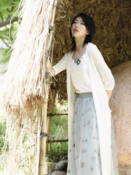底色女装品牌2020春夏长款白色外套