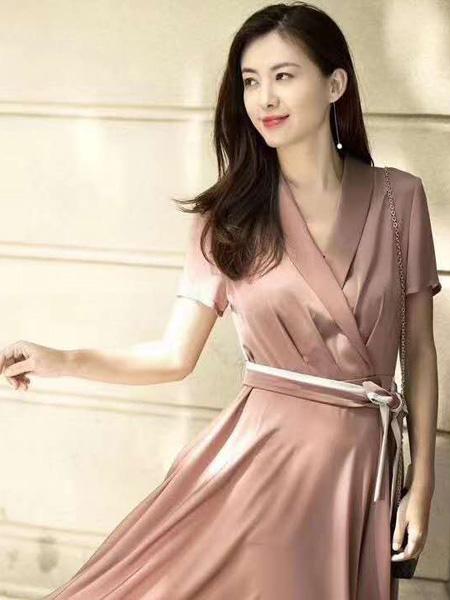 娅格女装品牌2020春夏V领粉色收腰连衣裙