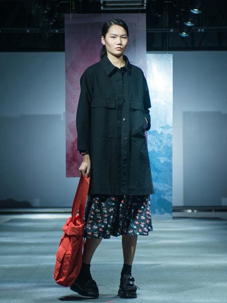 柯妮丝��女装品牌2020春夏深青色长款风衣外套