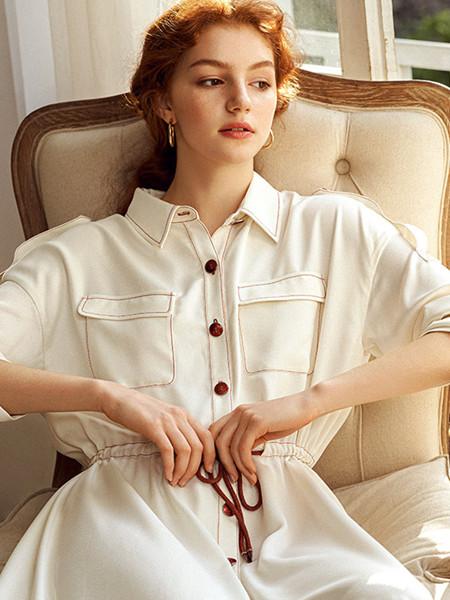 CHICHY女装品牌2020春夏翻领白色收腰连衣裙