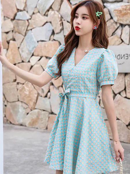 美丽穿女装品牌2020春夏V领收腰浅蓝色连衣裙