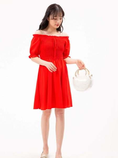 果一果女孩女装品牌2020春夏大红色露肩连衣裙