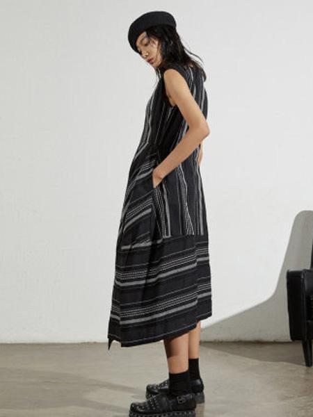 子苞米女装品牌2020春夏宽松休闲不规则时尚无袖长款连衣裙