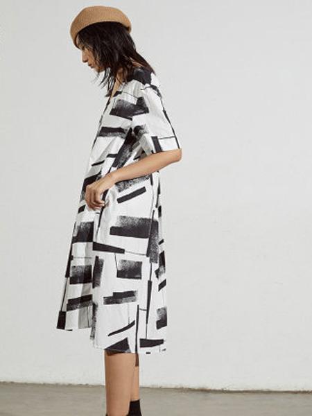 子苞米女装品牌2020春夏舒适纯棉个性印花开叉中款连衣裙