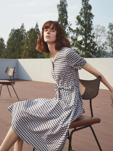 璞秀女装品牌2020春夏黑白格纹连衣裙