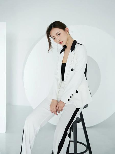 巴蒂米澜女装品牌2020春夏黑扣白色西装外套